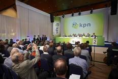 Les actionnaires de KPN ont approuvé la vente de la filiale allemande E-Plus à Telefonica Deutschland, ce qui doit permettre a priori à l'opérateur télécoms néerlandais d'augmenter ses investissements et de reprendre le versement d'un dividende l'an prochain. /Photo prise le 2 octobre 2013/REUTERS/Phil Nijhuis