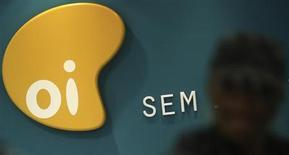 Logotipo da Oi, empresa de telecomunicações do Brasil, é visto em uma loja em São Paulo. A Oi e a Portugal Telecom acertaram uma fusão que prevê um aumento de capital de pelo menos 7 bilhões de reais da empresa brasileira, no mais recente movimento de consolidação no setor de telecomunicações global. 02/10/2013 REUTERS/Nacho Doce