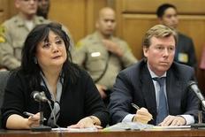 Un jurado de Los Angeles decidió el miércoles por unanimidad que el promotor de conciertos AEG Live no fue responsable por la muerte por negligencia de la estrella de la música popular Michael Jackson. En la foto, los abogados de la familia Jackson, Deborah Chang y Kevin Boyle, escuchan el veredicto. Oct 2, 2013. REUTERS/Robert Gauthier
