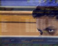 Биржевой брокер смотрит на экран терминала в помещении брокерской фирмы в Мумбае 27 октября 2008 года. Азиатские экономики смогут благополучно перенести шторм, который разразится, когда ФРС США наконец-то начнет сворачивать экономический стимулы, поскольку даже страны с наибольшим риском - Индия и Индонезия - имеют достаточно валютных резервов, чтобы пережить сложные времена, считает Азиатский банк развития. REUTERS/Arko Datta