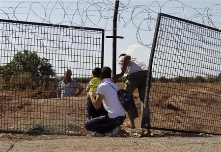 Civilians try to enter Turkey illegally at the Bab Al-Salam border crossing September 9, 2013. REUTERS/Molhem Barakat