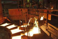 Плавильный цех комбината в Норильске 16 апреля 2010 года. Крупнейший в мире производитель никеля и палладия Норильский никель обещает инвесторам снизить капзатраты, но при этом пусть незначительно, но увеличить производство основных металлов. REUTERS/Ilya Naymushin