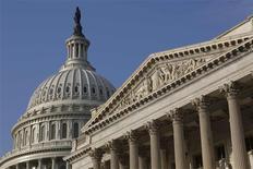 """Le Capitole, siège du Congrès américain à Washington. La Maison blanche a annoncé vendredi que Barack Obama opposerait son veto à la dernière série en date de projets de loi républicains, destinés à relancer partiellement les services fédéraux frappés par le """"shutdown"""". /Photo prise le 4 octobre 2013/REUTERS/Jonathan Ernst"""