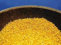 Foto de archivo de oro granulado en una planta en Viena. Abril 16, 2013. REUTERS/Heinz-Peter Bader