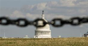 The U.S. Capitol is photographed behind a chain fence in Washington September 30, 2013. REUTERS/Kevin Lamarque