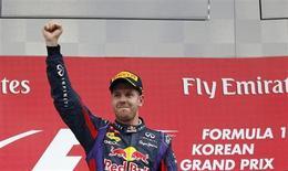O piloto da Red Bull, Sebastian Vettel, comemora sua vitória no Grande Prêmio da Coréiada de Fórmula 1, em Yeongam. Vettel completou a terceira vitória em um Grande Prêmio da Coreia neste domingo e ficou praticamente com uma mão no taça de campeão da temporada, muito próximo do seu tetracampeonato na F-1. 6/10/2013. REUTERS/Kim Hong-Ji