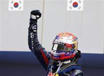 O piloto da Red Bull, Sebastian Vettel comemora após vencer o Grande Prêmio da Coréia de Fórmula 1, em Yeongam. O iminente título de Vettel, o quarto, na Fórmula 1 deve colocá-lo definitivamente na rol dos maiores pilotos de todos os tempos, acredita o diretor da Red Bull Christian Horner. 6/10/2013. REUTERS/Kim Hong-Ji