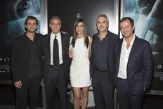 """Jonas Cuaron, George Clooney, Sandra Bullock, Alfonso Cuaron and David Heyman chegam à estréia do filme """"Gravidade"""", em Nova York. """"Gravidade"""", um drama em 3D sobre dois astronautas isolados no espaço, arrecadou 55,6 milhões de dólares (122 milhões de reais), vencendo a já tradicional disputa pela maior bilheteria semanal nos cinemas dos Estados Unidos e Canadá, segundo estimativas. 1/10/2013. REUTERS/Andrew Kelly"""