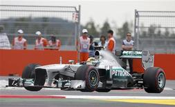 Mercedes Formula One driver Lewis Hamilton of Britain races during the Korean F1 Grand Prix at the Korea International Circuit in Yeongam, October 6, 2013. REUTERS/Kim Hong-Ji