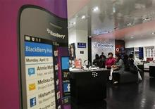 BlackBerry, contraint de se mettre en vente après avoir raté le virage des smartphones grand public, est en discussions avec Cisco Systems, Google et SAP en vue de leur céder tout ou partie de ses activités, selon des sources proches du dossier. /Photo prise le 25 septembre 2013/REUTERS/Beawiharta