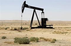 Станок-качалка в сирийской провинции Ракка 12 сентября 2013 года. Цены на нефть снижаются в связи с возобновлением добычи в Мексиканском заливе после тропического шторма. REUTERS/Molhem Barakat
