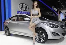 Модель у автомобиля Hyundai ELANTRA на выставке Auto China 2012 в Пекине 24 апреля 2012 года. Hyundai Motor может выпустить обновленную версию популярного компактного седана Elantra в 2015 году, сообщил один из подрядчиков корейской компании. REUTERS/Jason Lee
