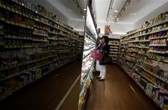 Si l'Allemagne, le Mexique et le Japon offrent les meilleures perspectives de croissance à court terme pour les distributeurs, l'Europe du Sud et la France devraient profiter à moyen terme d'une sortie de crise par le haut, selon une étude publiée lundi par le cabinet Deloitte, associé à l'institut Planet Retail. /Photo prise le 30 septembre 2013/REUTERS/Yuya Shino