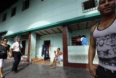 Un grupo de personas junto a una tienda de liquidación de ropa en La Habana, oct 5 2013. Cuba dijo el lunes que Estados Unidos recrudeció el embargo económico que aplica a la isla de Gobierno comunista desde hace más de medio siglo, al obligar a cada vez más entidades estadounidenses y extranjeras a pagar costosas multas por hacer negocios con La Habana. REUTERS/Desmond Boylan