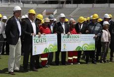 Operários que trabalham no estádio Beira-Rio posam ao lado do ministro do Esporte, Aldo Rebelo, do secretário-geral da Fifa, Jérôme Valcke, e do ex-jogador Ronaldo em Porto Alegre, nesta segunda-feira. REUTERS/Edison Vara