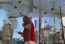 L'homme d'affaires égyptien Naguib Sawiris a accru sa position à découvert sur l'action Telecom Italia à la suite de l'accord conclu la semaine dernière pour une prise de contrôle progressive de l'opérateur par l'espagnol Telefonica. /Photo prise le 24 septembre 2013/REUTERS/Alessandro Bianchi