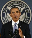 Президент США Барак Обама выступает во время визита в Федеральное агентство по чрезвычайным ситуациям США в Вашингтоне 7 октября 2013 года. Слабые искры надежды на выход США из финансового тупика вспыхнули в понедельник в Конгрессе и Белом доме, после того как президент Барак Обама сказал, что готов на краткосрочное увеличение предела госдолга США с целью избежания дефолта. REUTERS/Kevin Lamarque