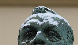 Припорошенный снегом памятник Альфреду Нобелю в Осло 9 декабря 2012 года. Химик и предприниматель, сделавший состояние на производстве динамита, Альфред Нобель, учредил ежегодные премии за достижения в различных областях науки и общественной жизни. REUTERS/Suzanne Plunkett