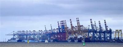 Terminais de embarque no porto de Bremerhaven, Alemanha, 8 de setembro de 2013. As encomendas à indústria da Alemanha caíram de forma inesperada em agosto devido ao recuo nos pedidos por bens de capital, informou o Ministério da Economia, mas a média bimestral registrou crescimento de 0,2 por cento graças à revisão para cima do dado de julho. 08/09/2013 REUTERS/Fabian Bimmer