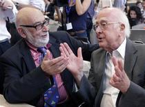Британский физик Питер Хиггс (справа) и его бельгийский коллега Франсуа Энглер на пресс-конференции в CERN под Женевой 4 июля 2012 года. Нобелевскую премию по физике 2013 года получили ученые, предсказавшие существование бозона Хиггса - загадочной частицы, объясняющей, почему элементарная материя имеет массу. REUTERS/Denis Balibouse