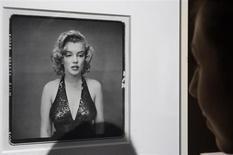 Visitante olha foto de Marilyn Monroe tirada em 1957 pelo fotógrafo Richard Avedon em exibição na casa de leilões Christie's, em Paris. Um prontuário médico de Marilyn Monroe indicando que a atriz fez uma cirurgia plástica será leiloado no mês que vem, junto com radiografias dela, disse uma casa de leilões na terça-feira. Os registros médicos, datados de 1950 a 1962, devem arrecadar entre 15 mil e 30 mil dólares no leilão de 9 e 10 de novembro, disse a casa Julien's, de Beverly Hills, especializada em objetos pertencentes a celebridades. 18/11/2010. REUTERS/Philippe Wojazer