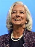 La directora gerente del Fondo Monetario Internacional, Christine Lagarde, en un panel del FMI y del Banco Mundial en Washington, oct 8 2013. El Fondo Monetario Internacional recortó el martes sus pronósticos para la PIB global por sexta vez desde comienzos del año pasado y dijo que un crecimiento más fuerte en la mayoría de las economías avanzadas no logrará compensar una expansión más lenta en el mundo en desarrollo. REUTERS/Mike Theiler