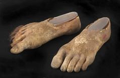 """Une société de ventes aux enchères américaine Julien's Auction va mettre en vente le 5 décembre 80 objets de la trilogie cinématographique """"Le Seigneur des anneaux"""", adaptée de l'oeuvre de l'écrivain J.R.R Tolkien, dont une paire de faux pieds portées par l'un des principaux personnages, le hobbit Samsagace Gamegie. La paire de pieds recouverts de poils est estimée entre 15.000 et 30.000 dollars (entre 11.000 et 22.000 euros). /Photo diffusée le 7 octobre 2013/REUTERS/Julien's Auctions"""