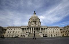 Un trabajador pasa frente al edificio del Capitolio en Washington, oct 8 2013. Legisladores republicanos presentaron el martes un nuevo plan para resolver la disputa fiscal en Estados Unidos, al proponer la creación de un panel que trabaje en la reducción del déficit y encuentre modos terminar con el cierre del Gobierno, a fin de realizar recomendaciones para un aumento del límite de deuda. REUTERS/Jason Reed