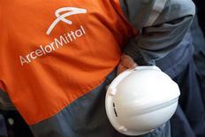 Le groupe sidérurgique ArcelorMittal a annoncé mercredi qu'il allait investir 92 millions d'euros dans la réfection complète d'un des hauts-fourneaux de son site de Dunkerque. /Photo d'archives/REUTERS/Philippe Wojazer