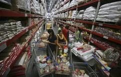 Wal-Mart Stores et Bharti Enterprises mettent fin à leur société commune indienne et fonctionneront séparément dans le pays. Wal-Mart va racheter à Bharti sa participation de 50% dans Bharti Wal-Mart Pvt Ltd, qui gère une vingtaine de grossistes en Inde sous la marque Best Price Modern Wholesale. /Photo d'archives/REUTERS/Ajay Verma