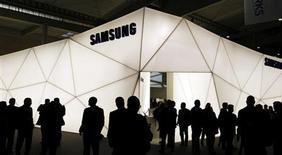 Samsung Electronics a lancé mercredi le premier smartphone doté d'un écran incurvé, le Galaxy Round, dans ce qui apparaît comme une démonstration de force du géant coréen et une première étape vers des appareils équipés d'écrans flexibles, voire incassables. /Photo d'archives/REUTERS/Albert Gea