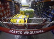 Un carro de la cadena de almacenes Costco en Carlsbad, EEUU, sep 11 2013. La cadena de almacenes Costco Wholesale Corp reportó un aumento del 1,3 por ciento en sus ganancias trimestrales, menor a lo esperado, ante un aumento en los costos operativos, y sus acciones caían un 2 por ciento el miércoles. REUTERS/Mike Blake