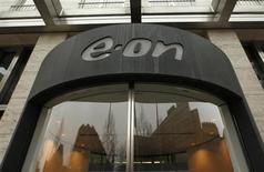 Вход в штаб-квартиру E.ON в Дюссельдорфе 14 марта 2012 года. Немецкий E.ON смог диверсифицировать поставки топлива на европейский рынок, подписав контракт на покупку до 10 миллиардов кубометров СПГ в Катаре в течение пяти лет. REUTERS/Ina Fassbender