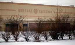 """El logo de General electric en una antigua planta de la firma en Lynn, EEUU, mar 6 2009. General Electric Co anunció asociaciones con AT&T Inc, Cisco Systems Inc e Intel Corp para expandir el servicio de """"Internet Industrial"""" que permite a sus clientes analizar datos y vaticinar resultados. REUTERS/Brian Snyder"""