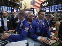 Трейдеры на торгах Нью-Йоркской фондовой биржи 3 мая 2013 года. Индексы Dow Jones и S&P 500 поднялись в среду после того, как республиканцы и демократы продемонстрировали первые признаки стремления договориться разрешить конфликт вокруг федерального бюджета и госдолга, а президент США Барак Обама пригласил представителей обеих партий, чтобы обсудить выход из ситуации. REUTERS/Brendan McDermid