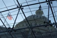 Вид на купол Капитолия в Вашингтоне 2 октября 2013 года. Члены Республиканской партии в Палате представителей США рассматривают возможность краткосрочного повышения предела государственного долга, чтобы получить время для переговоров о более масштабных компромиссах с президентом Бараком Обамой, сказал один из сотрудников аппарата республиканцев. REUTERS/Jonathan Ernst