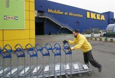 Ikea va accélérer son expansion en France, où le numéro un mondial de l'ameublement prévoit de créer 1.200 emplois dans les trois ans en dépit d'un contexte de crise qui a pesé sur ses ventes annuelles. /Photo d'archives/REUTERS/Olivier Pon