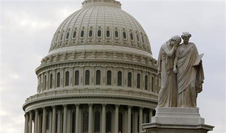 10月10日、米下院共和党指導部は、付帯条件なしの短期的な債務上限引き上げ案を検討している。写真はワシントンの国会議事堂で1日撮影(2013年 ロイター/Larry Downing)