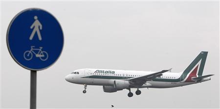 An Alitalia plane prepares to land at Linate airport in Milan October 10, 2013. REUTERS/Alessandro Garofalo