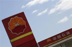 El logo de Petrochina en una gasolinera en Pekín, ago 29 2013. Las importaciones de crudo de China repuntarían en septiembre frente al mes anterior en tanto culminaba la temporada de mantenimiento en las refinerías, así como también se espera un incremento en las compras de mineral de hierro por una mayor producción en las siderúrgicas. REUTERS/Kim Kyung-Hoon