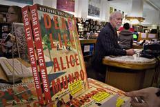Libros de la autora Alice Munro en la librería Munro de Victoria, Canadá, oct 10 2013. REUTERS/Andy Clark