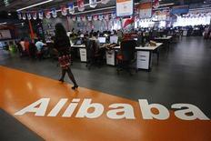 Imagen de archivo de una empleada en la planta de Alibaba en Hangzhou, China, mayo 17 2010. El grupo chino de comercio electrónico Alibaba decidió no cotizar en el mercado de Hong Kong, dijo el jueves su presidente ejecutivo, Jonathan Lu, a Reuters. REUTERS/Stringer