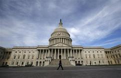 Uma pessoa passa em frente ao Capitólio na última terça-feira, em Washington. Republicanos apresentaram, nesta quinta-feira, um plano que evitaria um iminente default dos Estados Unidos, enquanto o governo federal continua paralisado. 08/10/2013 REUTERS/Jason Reed