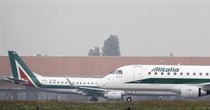 Le gouvernement italien a offert jeudi un soutien financier à Alitalia mais en exigeant en contrepartie que les actionnaires existants de la compagnie aérienne mettent aussi au pot et que l'entreprise change radicalement de stratégie. /Photo prise le 10 octobre 2013/REUTERS/Alessandro Garofalo
