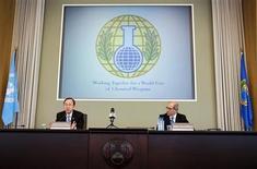 Генсек ООН Пан Ги Мун (слева) и гендиректор Организации по запрещению химического оружия Ахмет Узюмджю на пресс-конференции в штаю-квартире организации в Гааге 8 апреля 2013 года. Нобелевскую премию мира 2013 года получила Организация по запрещению химического оружия (ОЗХО), которая занимается уничтожением химических арсеналов войск сирийского президента Башара Асада. REUTERS/Michael Kooren