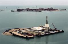 Вид на искусственные острова на месторождении Кашаган в Каспийском море 7 апреля 2013 года. Добыча нефти на гигантском месторождении Кашаган в Казахстане вновь приостановлена из-за утечки газа, говорится в сообщении консорциума NCOC, разрабатывающего Кашаган. REUTERS/Anatoly Ustinenko