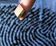 La société suédoise Fingerprint Cards a annoncé vendredi son intention de porter plainte et de saisir les autorités financières après la publication d'un faux communiqué de presse affirmant que Samsung rachetait la société de biométrie, ce qui a fait monter son action de 50%. /Photo d'archives/REUTERS
