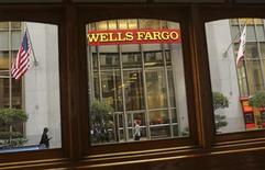 Wells Fargo & Co, numéro un du crédit immobilier aux Etats-Unis, fait état vendredi d'un bénéfice net en hausse de 13% au troisième trimestre malgré la baisse des revenus de ses activités hypothécaires, conséquence de la fin du boom des refinancements de prêts immobiliers. /Photo prise le 10 octobre 2013/ REUTERS/Robert Galbraith