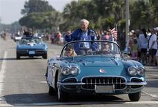 Astronauta Scott Carpenter acena para fãs durante parada em comemoração ao cinquentenário da ida do primeiro astronauta dos EUA ao espaço, em Cocoa Beach, Flórida. Carpenter que em 1962 se tornou o quarto norte-americano a chegar ao espaço e o segundo a orbitar a Terra, morreu aos 88 anos na quinta-feira, no Colorado, por complicações decorrentes de um derrame, disse a mulher, Patty Carpenter. 7/05/2011. REUTERS/Phelan Ebenhack-Chevrolet/Handout
