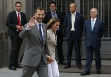 """Spain's Princess Letizia and her husband, Spain's Crown Prince Felipe, walk away after she collected money donations for the Spanish Red Cross during """"Fiesta de la Banderita"""" in Madrid October 3, 2013.REUTERS/Susana Vera"""